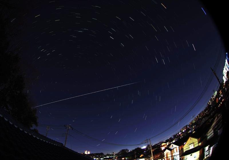 国際宇宙ステーションと地球の影