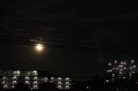 8月の満月と花火